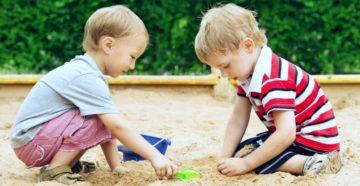 dva-children-igraut-v-pesochnice