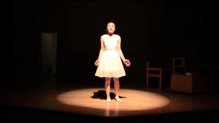 teatroterapiya-devushka-na-scene
