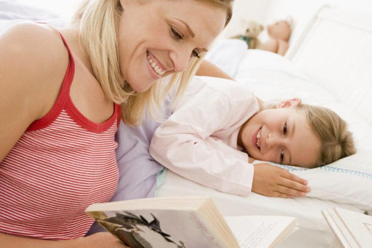 skazkoterapiya-mama-chitaet-skazku-rebenku
