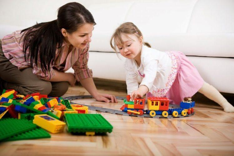 igroterapiya-mama-igraet-s-dochkoy-v-parovozik