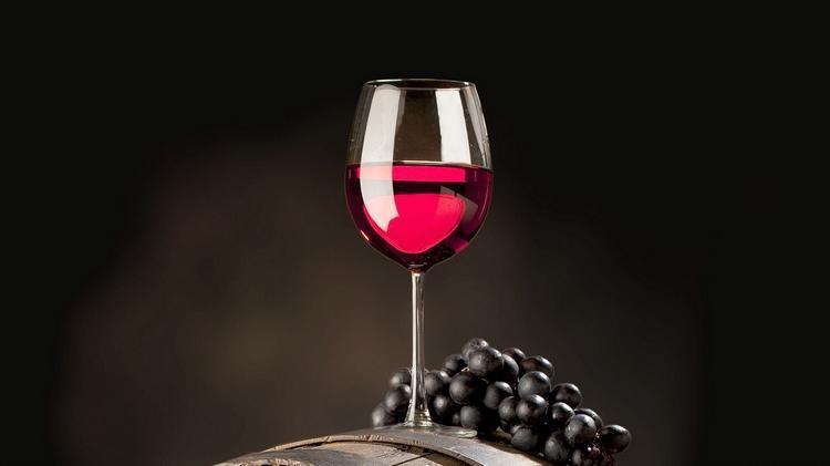 krasnoe-vino-v-bokale-vinograd